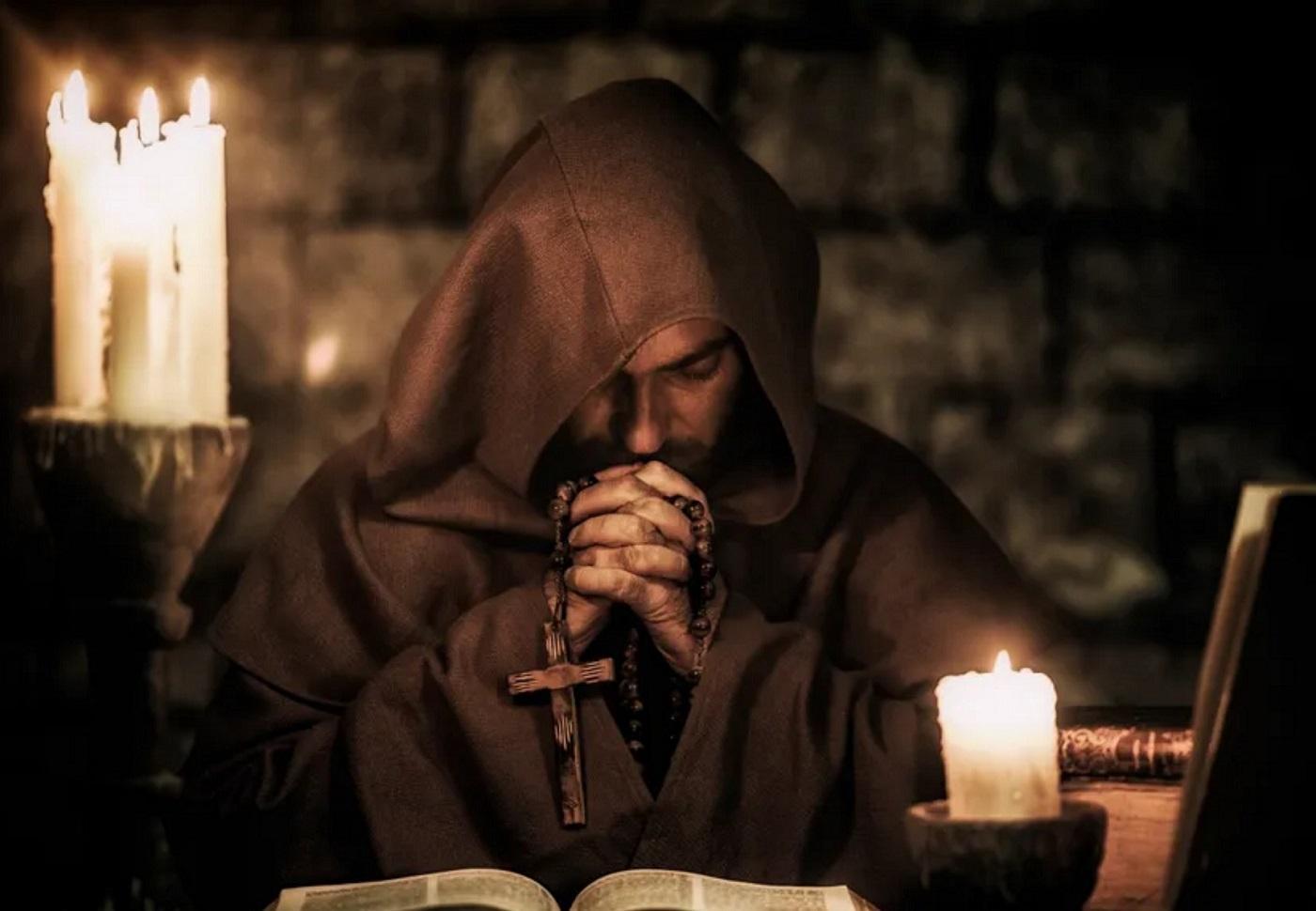 Światli mnisi i zaginiony relikwiarz